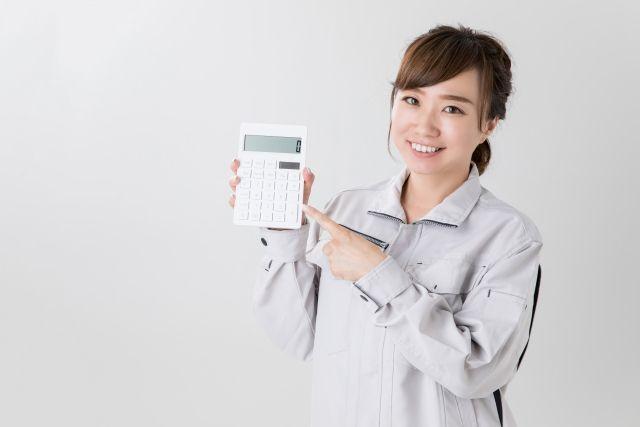 生前整理の費用見積り額を提示する女性