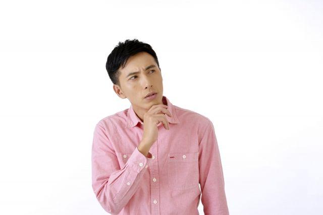 特殊清掃サービスの利用を検討中の男性