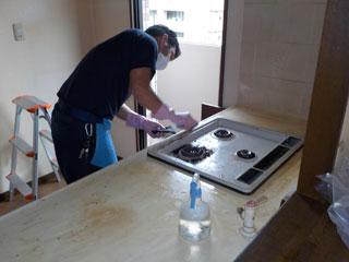 キッチンの清掃風景