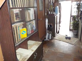 階段下から玄関のアフター